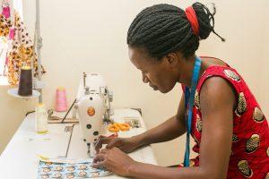 高い縫製技術を持つウガンダ女性、丁寧にバッグを仕上げていく